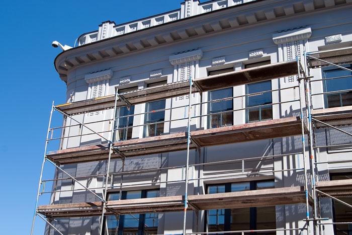 Maler Fassadenarbeiten im eingerüsteten Haus